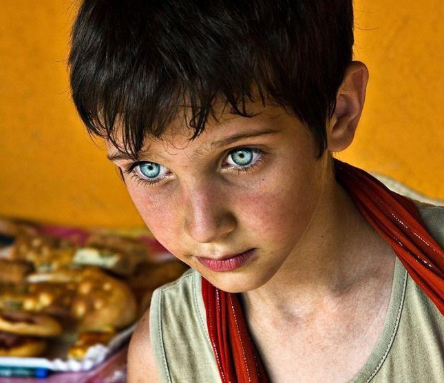 Неизвестно почему, но чаще всего поразительно красивые глаза встречаются у жителей Ближнего Востока и представителей негроидной расы. Некоторые из них столь пронзительны, что пугают, другие, кажется,