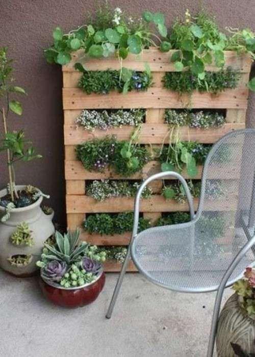 Come arredare il terrazzo con i bancali - Fioriera verticale con pallet
