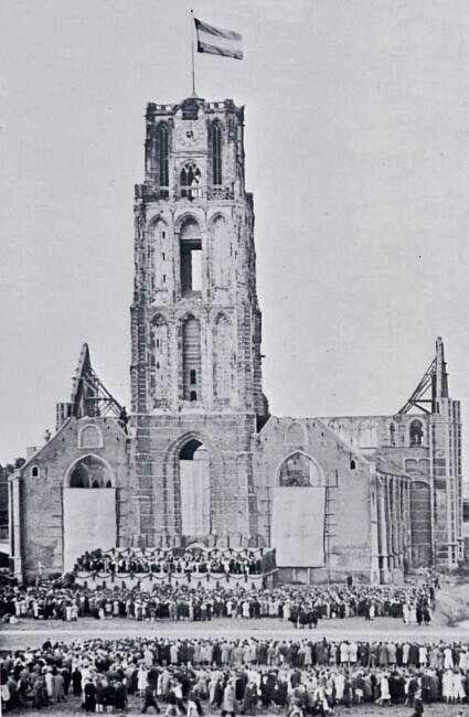 de St Laurenskerk, bij gelegenheid van het Bevrijdingsconcert op 31 juli 1945