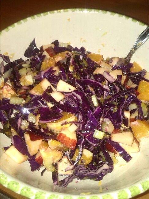 Insalata ciocca Insalatona a base di cavolo verza rosso, mela, arancia e sedano.