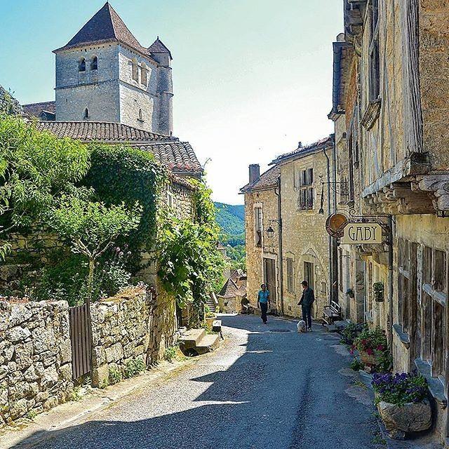 Saint-cirq-Lapopie a conservé l'intégralité de son patrimoine, mais aussi de son charme. Merci @naturzeitunterwegs d'avoir partagé cette image avec #TourismeMidiPy #occitanie #saintcirqlapaopie #espritlot