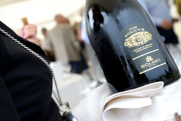 La Cantina Soligo Spumanti è dotata di una moderna linea di imbottigliamento e tutte le referenze Soligo presentano una forte e distinta identità personale, soprattutto gli spumanti Prosecco, seguiti da alcuni vini bianchi e rossi che vanno ad impreziosire l'intera linea di prodotti confezionati.  http://www.guidaprosecco.com/it/show/SoligoSpumanti-1361