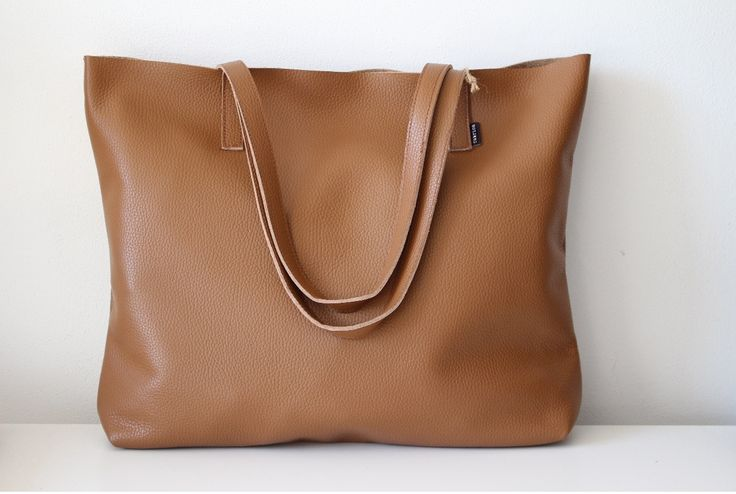 Pointa+no.4+-+kůže+Velká+kabelka+ušitá+ze+silnější+měkké+kůže+v+hnědé+barvě+Taška+má+na+vnitřní+straně+všitou+kapsičku+na+drobnosti+Rozměry+cca+44+(šířka)+x+38+(výška)