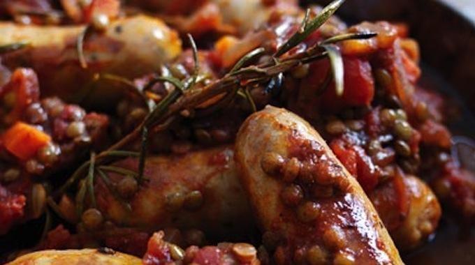 La recette des saucisses aux lentilles, c'est mon boucher qui me l'a conseillée. Pas chère, elle est également facile et rapide à préparer. Délicieuse et conviviale, toute la famille et les a