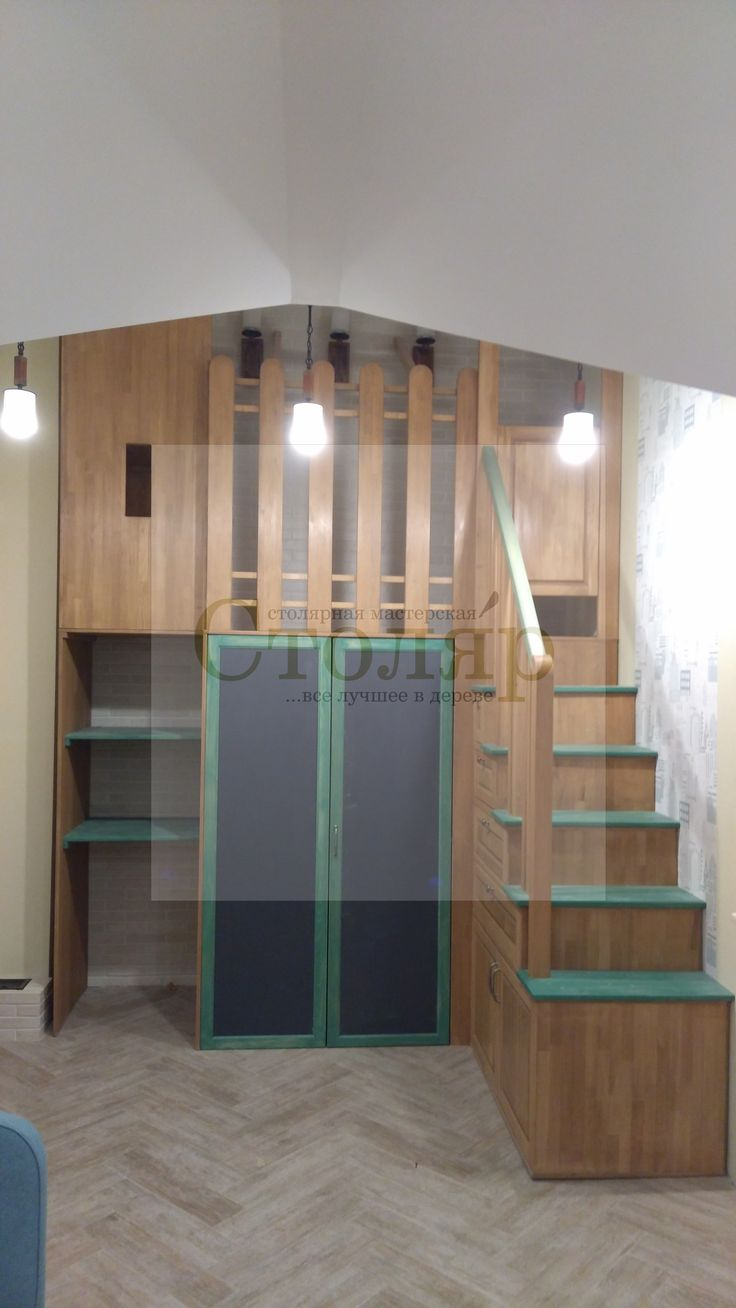 Гардеробная для подростка с игровой зоной, спальным местом и стеллажом для хранения  на втором этаже так же выполненна из массива Бука, фасад шкафа покрыты графитно-магнитным покрытием.