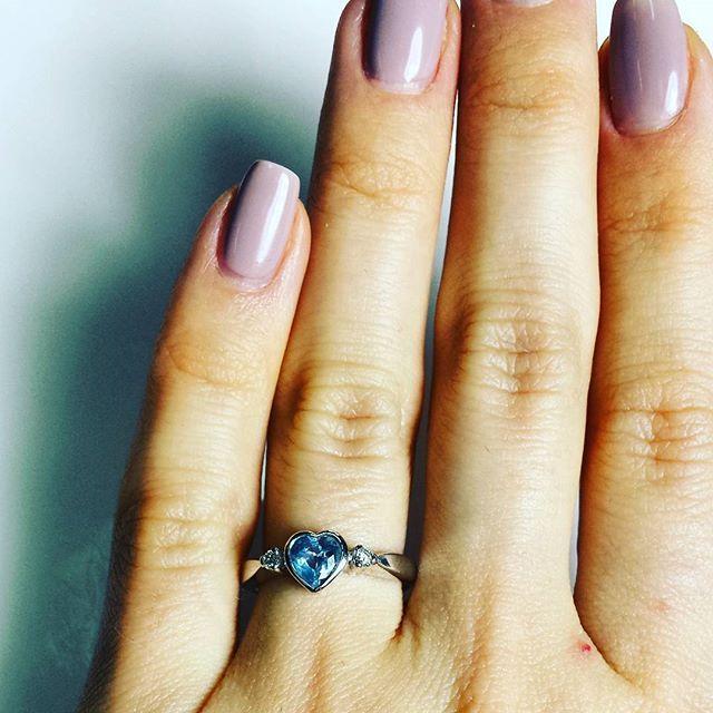 Urzekający pierścionek na zaręczyny z białego złota próby 585 z akwamarynem w kształcie uroczego serduszka - GESELLE Jubiler
