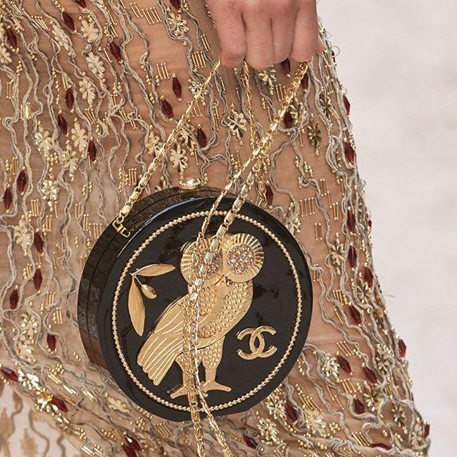 #오마리뉴스 #marienews  오래 전부터 고대 문명을 예찬해 온 #칼라거펠트 가 2017/18 #샤넬크루즈컬렉션 을 통해 시공간을 초월한 새로운 그리스 로마 문명을 재현했습니다.  신화 속에서 지혜의 상징으로 등장하는 부엉이 장식과 고대 화병 대리석 무늬 등을 더한 샤넬의 가브리엘 백 올림픽 월계관 모양을 딴 헤어 피스와 더블 C 로고 기둥 모양의 힐이 달린 글래디에이터 샌들 몸통이 불룩 나온 긴 항아리를 연상시키는 레더 백팩 등 아름다운 액세서리에 녹아든 힌트들을 찾아보시길! #CHANELCruise editor/LGH  via MARIE CLAIRE KOREA MAGAZINE OFFICIAL INSTAGRAM - Celebrity  Fashion  Haute Couture  Advertising  Culture  Beauty  Editorial Photography  Magazine Covers  Supermodels  Runway Models
