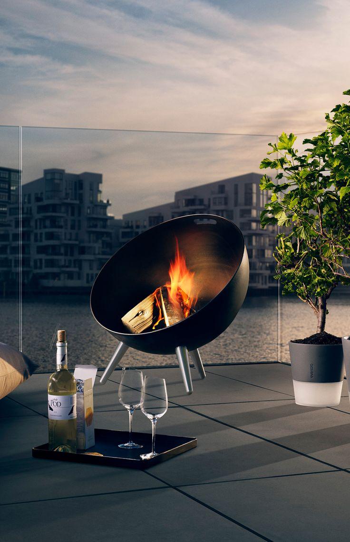 Eva Solo fireGlobe ildsted. Formen skaber en skjold mod vinden- Håndtaget i toppen gør den let at flytte - Risten i bunden sørger for god ventilation. Et smukt ildsted lige midt på terrassen. #inspirationdk #outdoor #udendørs