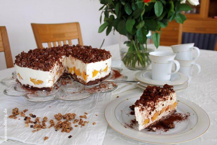 Schokoliebe: Schmandtorte mit Cornflakes-Schoko-Boden und Aprikosen - fruchtig, cremig-frisch und trotzdem unfassbar schokoladig. Wer Schokolade liebt, kommt an dieser Torte nicht vorbei!