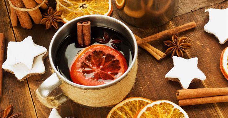 Ароматный согревающий напиток глинтвейн из гранатового сока, пряностей и фруктов.