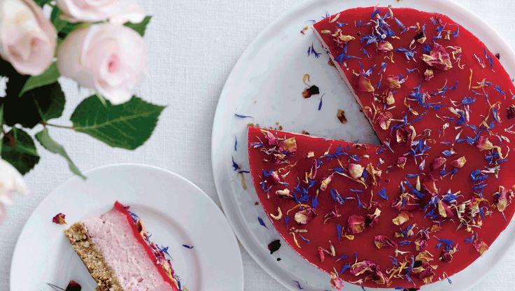 Bær er altid garant for smæk på farverne. Hindbærrene giver ostecremen en smuk lyserød kulør, som står i køn kontrast til den karamelfarvede kiksebund. Her får du ospkriften på en lækker cheesecake med lakrids og hindbær