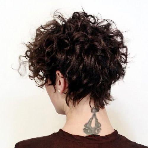 Curly kurze Bob Frisuren weiblich, elegant und vor allem moder