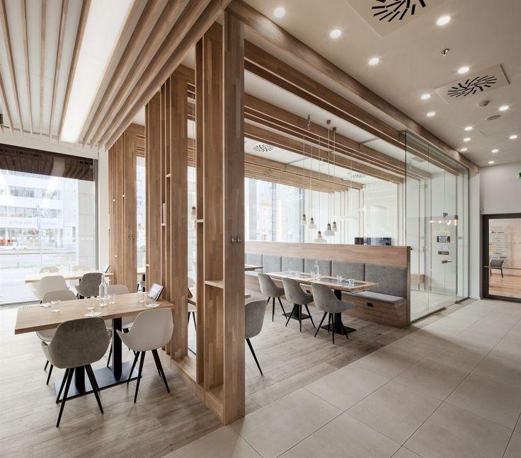 Spojujícím motivem se v interiéru staly masivní dubové lamely.