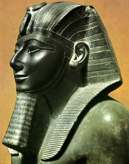 Thoutmosis III - Partie supérieure d'une statue -  Schiste vert-gris - Provenance : Karnak.  Musée du Caire.