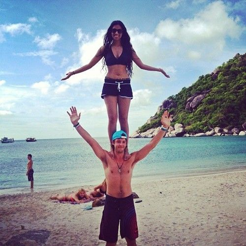 IISuperwomanII in Thailand (i guess)... Awesome picture and balance xD