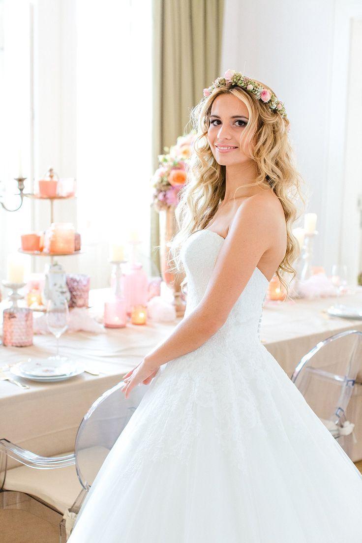 Eine Schne Braut Mit Einem Sen Blumenkranz Im Haar Ein Tolles Vintage Klo Vintage Hochzeit Brautfrisuren Offene Haare Brautfrisur Frisur Blumenkranz