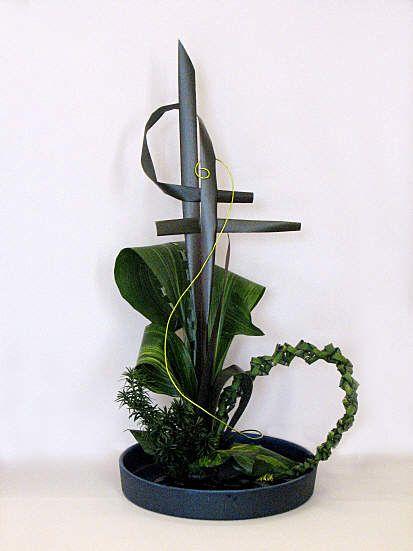 Sogetsu Freestyle Materials: Phormium tenax purpurea, Aspidistra, Taxus baccata, Hedera colchica 'Sulphur Heart', plaited Equisetum, lime green decorative wire