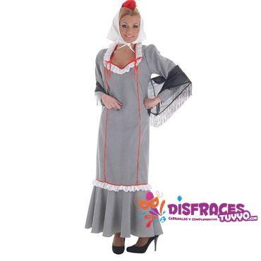 El traje regional de las chulapas está formado por un vestido muy ceñido con volantes en los bajos como rombos decorándolo. Este diseño va acompañado por un mantón de Manila cubriendo los hombros y un pañuelo blanco sobre el pelo recogido y un rojo clavel. Las chulapas suelen llevar zapatos negros de tacón o alpargatas de esparto. http://www.jugueteriatuyyo.com/disfraces-baratos-disfraces-baratos-de-chulapo-chulapa-madrilensgoyescs-c-19_98.html