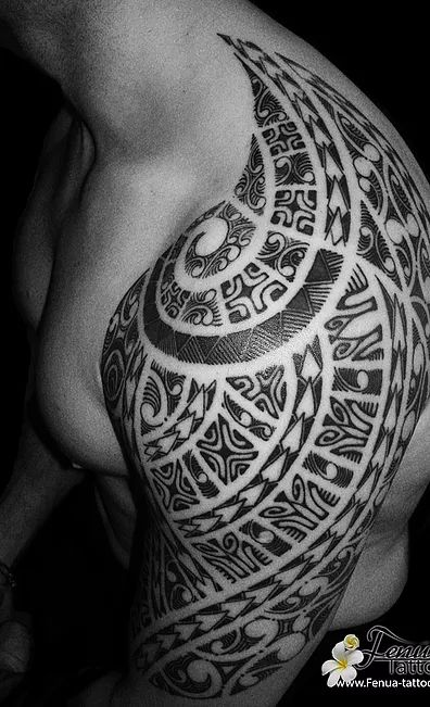 tatouage polynesien maorie tribal epaule