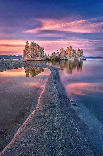 Mono Lake in Californië is buitenaards mooi. Zet hem op je bucketlist voor je roadtrip.