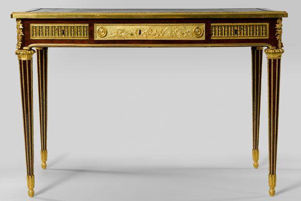 Bureau du Hameau de Trianon  Jean-Henri Riesener  Bâti en chêne, amarante, sycomore teinté, bronze doré, cuir ; Paris, vers 1785-1788  H. 76 ; L. 110,5 ; P. 62,5 cm  Versailles, musée national des châteaux de Versailles et de Trianon ; Inv. V 2011.15  © EPV / RMN-GP / G. Blot