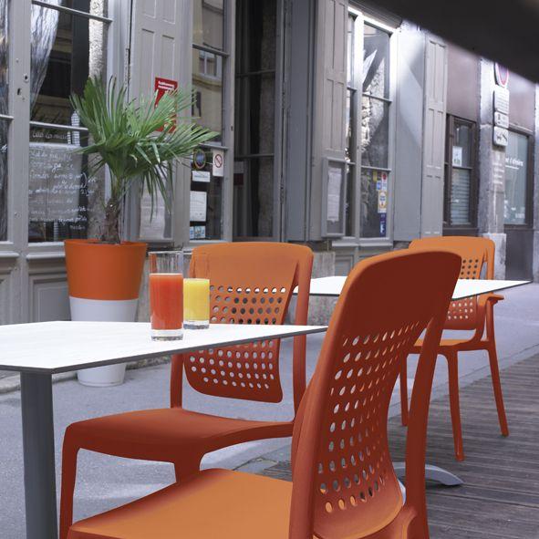 Des Chaises Ou Fauteuils En Resine Orange Citrouille Au Dossier