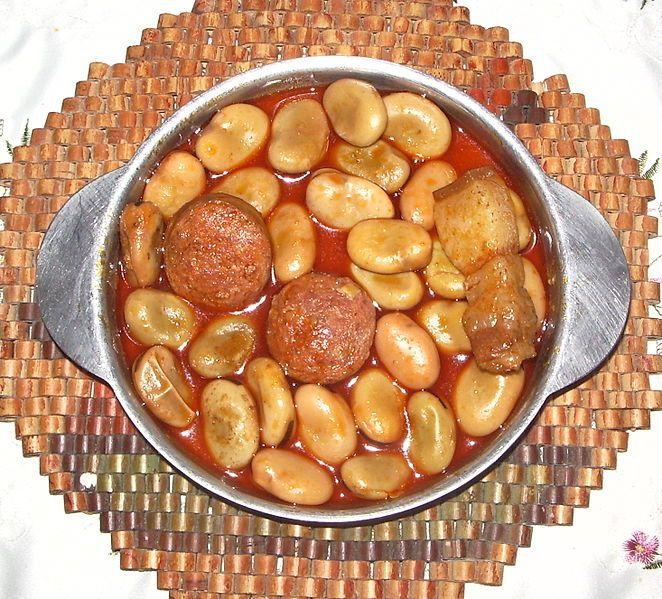 """Tapa de """"Michirones"""", típico plato de cocina murciana: habas, hueso de jamón, chorizo, panceta, laurel y guindilla."""