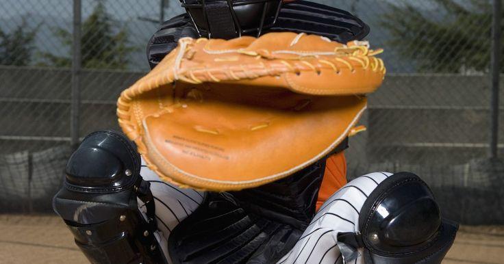 Posiciones de béisbol y responsabilidades. Hay nueve posiciones en el campo de béisbol: primera base, segunda base, campo corto, tercera base, jardinero izquierdo, jardinero central, jardinero derecho, lanzador y receptor. En algunos tipos de béisbol, hay ligeras variaciones, tales como un bateador designado. En la Liga Americana Mayor de Béisbol se utiliza un bateador designado por el ...