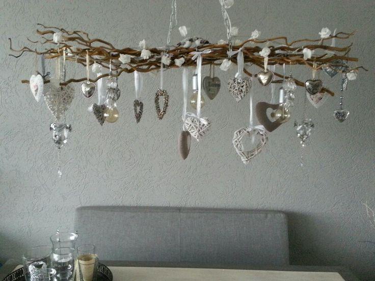 wat oude mooie takken ,beetje bijelkaar binden, eventueel met kerstverlichting erin, , maar kan ook met gewone lamp 3 stuks en verder tak eventueel versieren. leuk voor boven de eettafel.