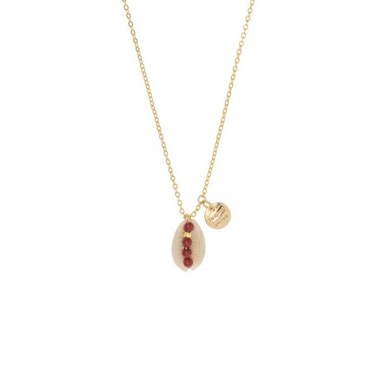 Collier long orné d'un cauri, d'un logo pastille et d'une série de perles rouges laquées et or. La chaine de 50 cm est dorée à l'or fin.Coquillage très ancien utilisé avant comme monnaie dans certains pays, le cauri est devenu un objet porte-bonheur. Recommandations d'usage