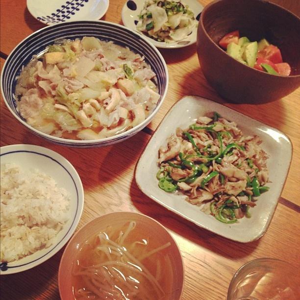 夕飯は白菜、油揚げ、豚肉の煮物、舞茸とピーマンの塩麹バター焼き、蕪の梅塩昆布和え、トマトとアボカドのサラダ、味噌汁でした。 - @chiyo438- #webstagram