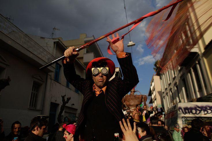 Un juerguista disfrazado participa en un carnaval anual en el centro de Atenas, 23 de febrero. Las celebraciones de carnaval en Grecia alcanzará un pico durante el próximo fin de semana antes del inicio de la Cuaresma, el 3 de marzo. (Kostas Tsironis / Associated Press)