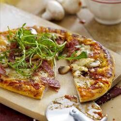 Pizza met salami en champignons