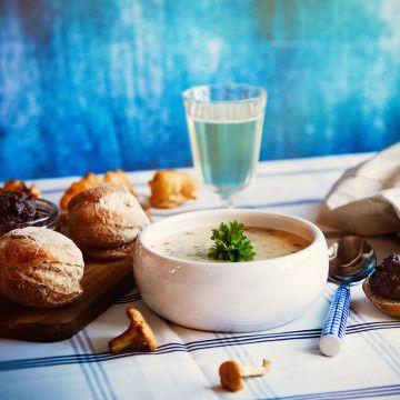 Vacker och värmandekantarellsoppa, perfekt till både vardag och fest! Här hittar du ett enkelt recept från Fredrik Jonsson, prova redan idag.