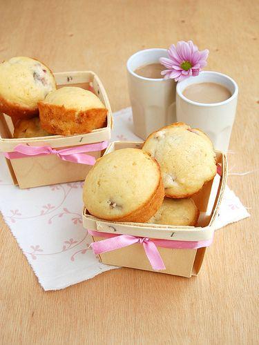Rhubarb white chocolate muffins / Muffins de ruibarbo e chocolate branco by Patricia Scarpin, via Flickr