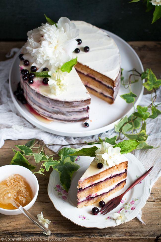 tort miodowy z czarną porzeczką