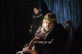 Kristo Salminen on Rikhard III, jonka viereltä Buckinghamin herttuakin (Juha Varis) lipeää.