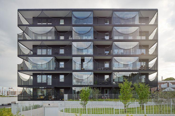 Viviendas Västra Kajen  Situados en el muelle del lago Munksjön, el bloque de viviendas Västra Kajen urbanas se basan en una estrategia de #sostenibilidad a largo plazo.   #sustentable #arquitecturasustentable