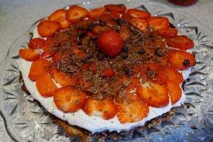 Sundere og sukkerfri jordbærtærte på en bund som smager af kransekage (mandel/dadel bund)