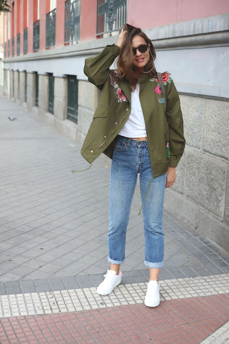 We Took the heat These photos still allowed me to wear things like this embroidered parka from Zara's new season with flowers and patches. To avoid anything stealing the show, I combined it with basics, vintage Levi's and a white cotton tee from Pinko. With all worn sneakers and my Gucci bag. I Which you all the best for this week guys!