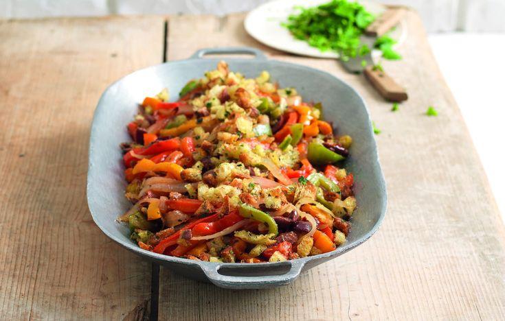 Tris di peperoni con cipolla, olive e pane aromatico