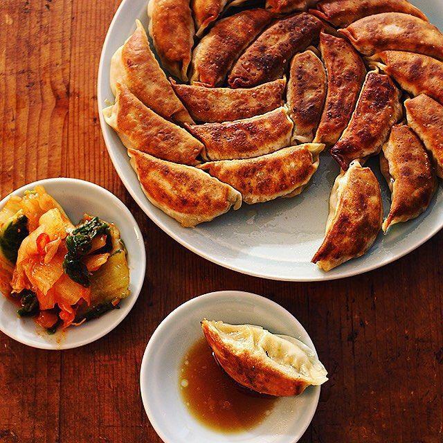 見ているだけでお腹が鳴ってしまいそうな「#樋口さんちの餃子」レシピをご紹介します!パーティーシーズンにいつもと違った餃子を作りたい!という方にもおすすめです。これを見たら、今夜にでも餃子を作りたくなっちゃうかも♡