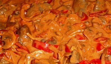 Een klassiek gerecht waar ik mijn eigen draai aan heb gegeven. Doordat de biefstuk puntjes door de saus heen gaan is dit gerecht heerlijk op rijst of pasta....