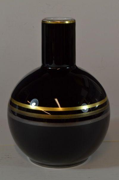 Vase designed by Nora Gulbrandsen for Porsgrund Porselen, Norway. H: 18,5cm signed N.G:  From Auksjonshallen