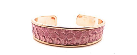 Ce bracelet rose est réalisé avec un simili cuir rose, monté sur un support de bracelet rigide doré rosé , il convient parfaitement à tous les poignets. largueur : 2,4 cm Bague assortie disponible cest une création unique , je livre GRATUITEMENT en colissimo suivi , et rembourse impérativement toutes les personnes qui ne seraient pas satisfaite de mon travail  Je crée mes bijoux depuis maintenant plus de 15 ans