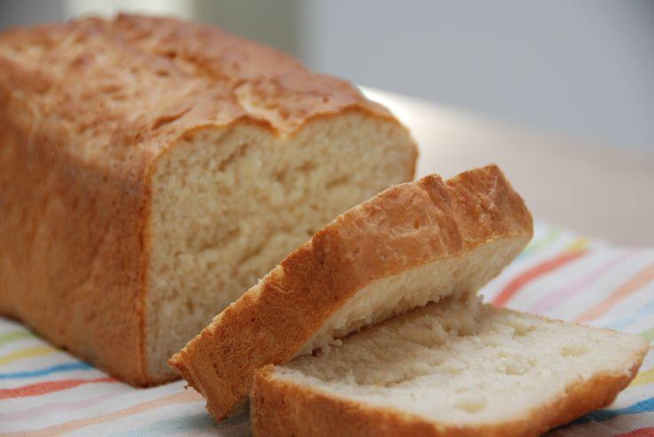 Gammeldags franskbrød er et klassisk franskbrød i form, også kaldet formfranskbrød. Bagt med mælk og smør, penslet med vand, der giver brødet en god skorpe. Foto: Guffeliguf.dk.