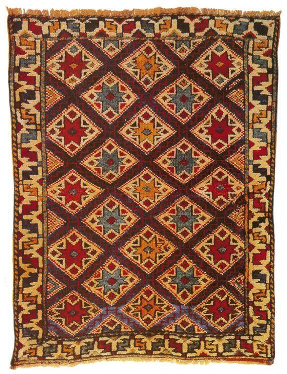 """Bu, çeyiz sandığının önemli bir parçası olarak evlilikten önce dokunan halıların tipik bir örneğidir. Ana motif olan yıldız, mutluluk ümidini simgelemektedir. Bordür üzerindeki çengel motifleri nazara karşı bir korunma teşkil etmektedir. Bu motife çengel"""""""" ya da """"""""çakmak"""""""" denmektedir. Çünkü bazı yörelerde. 19. yy. Bergama, İzmir #turkish #carpet #rug"""