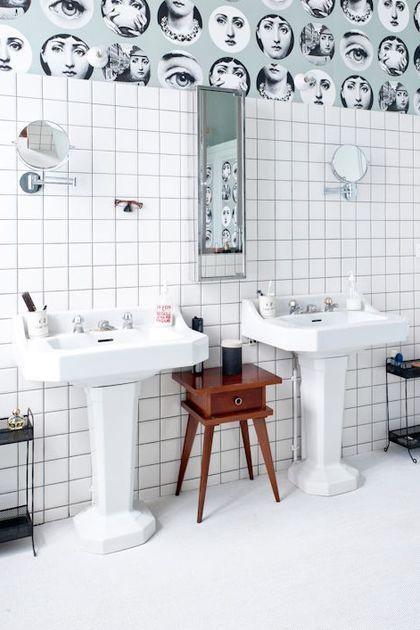 du papier peint piero fornasetti pour une salle de bains comme un cabinet de curiosits - Tapisserie Salle De Bain