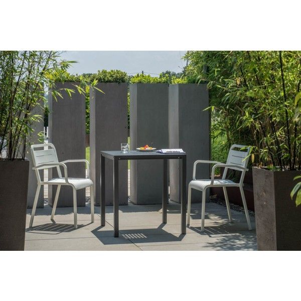 De Urban Armchair stoel van Emu is een instant-designklassieker, want nu al te vinden op vele terrassen wereldwijd. En dat zullen er alleen nog maar meer worden, want deze mooie #stoel met comfortabele armleuningen heeft een aantal heel fijne eigenschappen. Hij is verkrijgbaar in veel verschillende kleuren, lichtgewicht door het aluminium, en dan kun je ook nog eens 8 stoelen op elkaar stapelen. Een echte multitasker dus, deze stoel! #tuin #stoelen #design #wonen #zomer