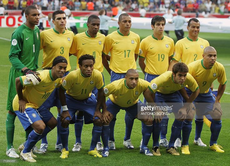 Members of the Brazil team pose at the start of the quarter-final World Cup football match between Brazil and France at Frankfurt's World Cup Stadium, 01 July 2006. Pictured are (top row-L to R) Brazilian goalkeeper Dida, Brazilian defender Lucio, Brazilian defender Juan, Brazilian midfielder Gilberto Silva, Brazilian midfielder Juninho Pernambucano, Brazilian defender Cafu and (bottom row-L to R) Brazilian midfielder Ronaldinho, Brazilian midfielder Ze Roberto, Brazilian defender Roberto…